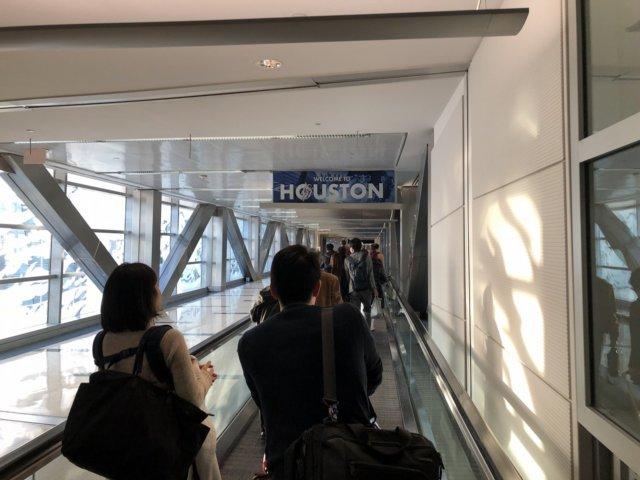 アメリカ・ヒューストン空港到着後の通路ウェルカムサイン