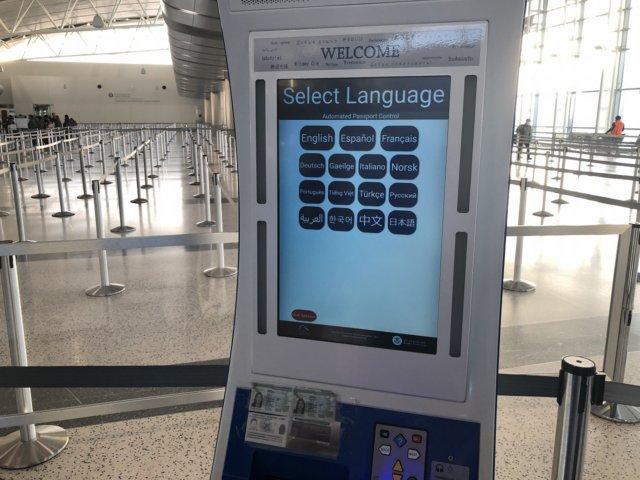 アメリカ・ヒューストン空港ESTA申請する青色の機械