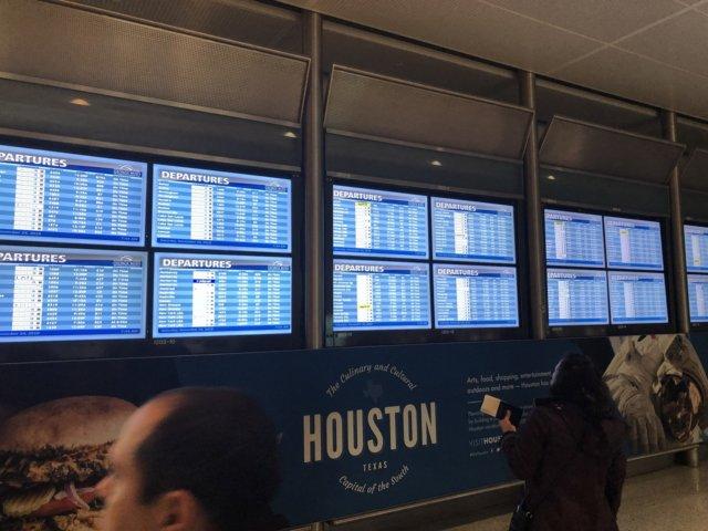 アメリカ・ヒューストン空港_乗り継ぎ便ターミナルのモニター