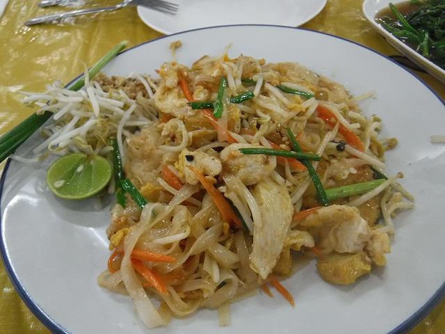 タイサムイ島チャウエンビーチのミトラレストランのパットタイ