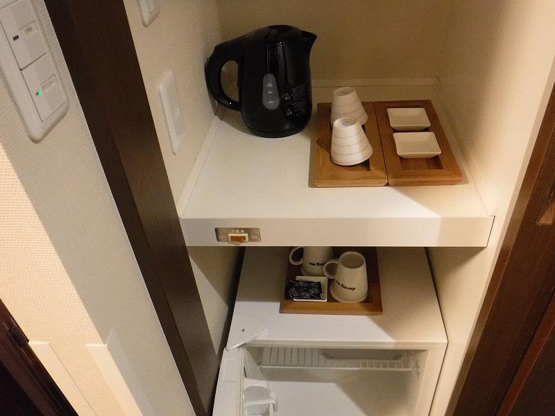 天然温泉 加賀の湧泉 ドーミーイン金沢デラックスクイーンルーム冷蔵庫やお茶セット
