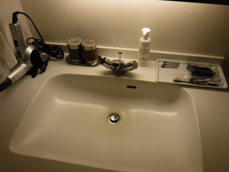 天然温泉 加賀の湧泉 ドーミーイン金沢禁煙デラックスクイーンルーム洗面台グッズ