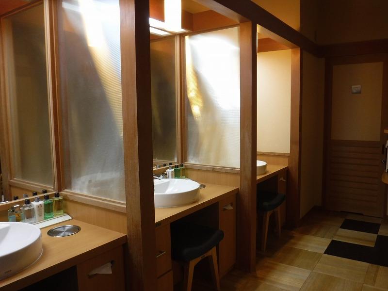 加賀山代温泉 たちばな四季亭の大浴場男湯洗面ブース
