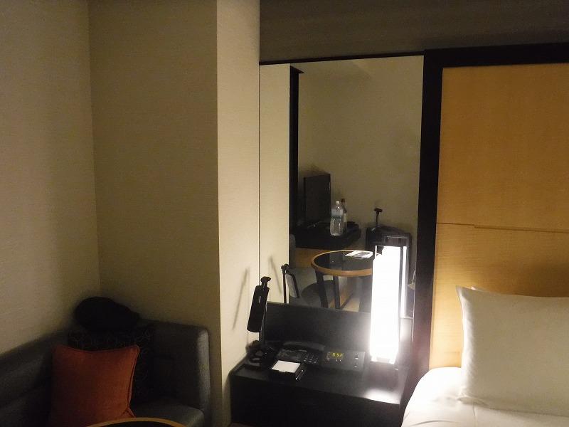 ホテルトラスティ金沢香林坊ツインルーム客室ベッド横