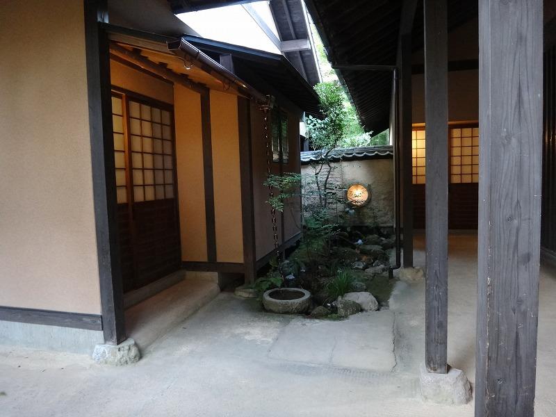 ゆふいん温泉山荘わらび野中庭から客室へ04