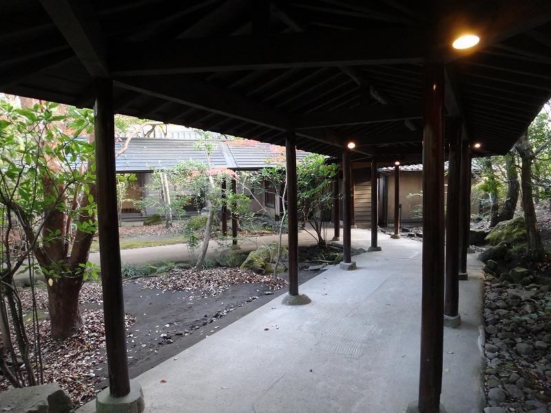ゆふいん温泉山荘わらび野中庭から客室へ01