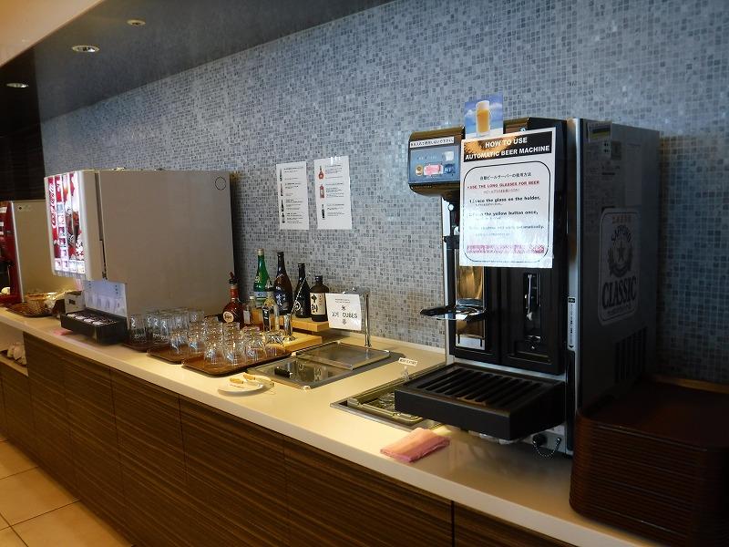 新千歳空港国際線のゴールドカードラウンジ内部の写真ドリンクバー01