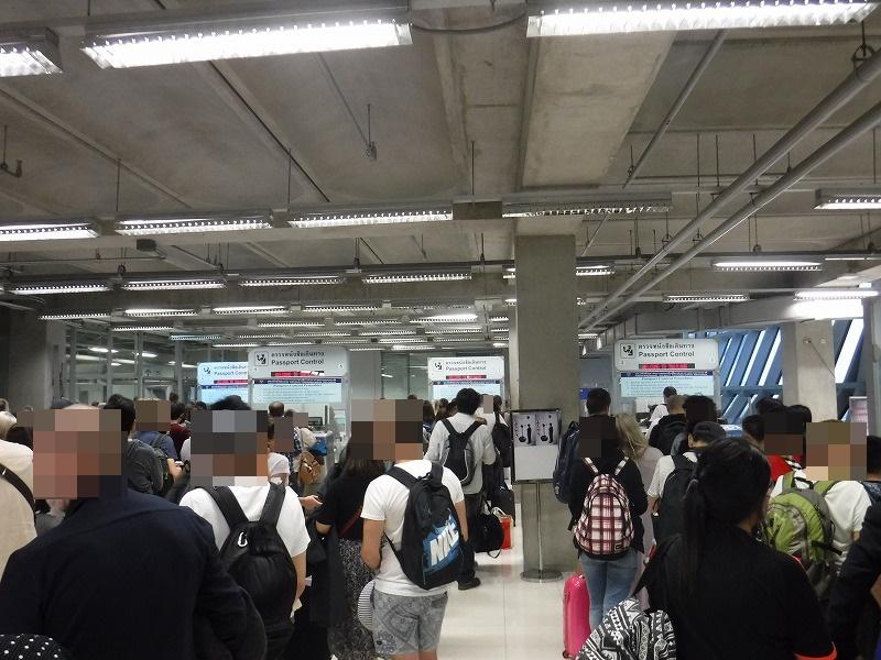 バンコクスワンナプーム国際空港国内線コンコースにあるチェンマイ乗り継ぎサインつづき05