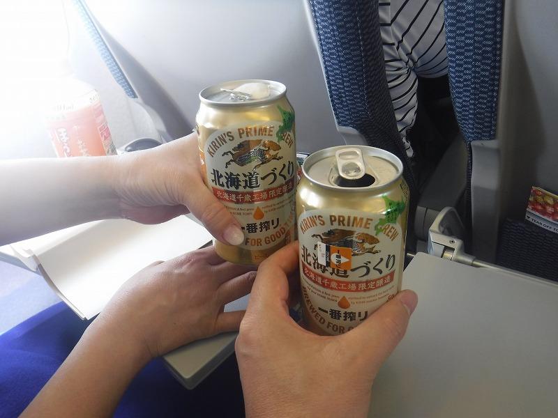 ANA1693便 新千歳-沖縄の機内でビール乾杯