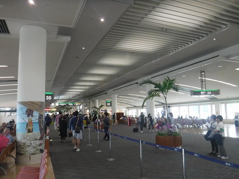 梅雨時期の沖縄空港到着ロビー