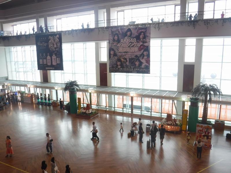 梅雨時期の沖縄空港ロビー_ガラス越しの外の様子
