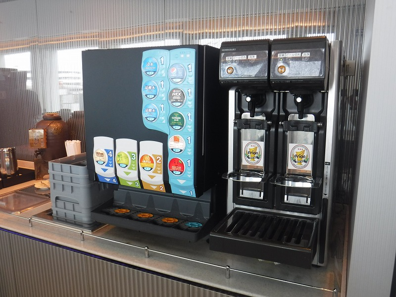 梅雨時期の沖縄空港ロビー_ラウンジのオリオンビール