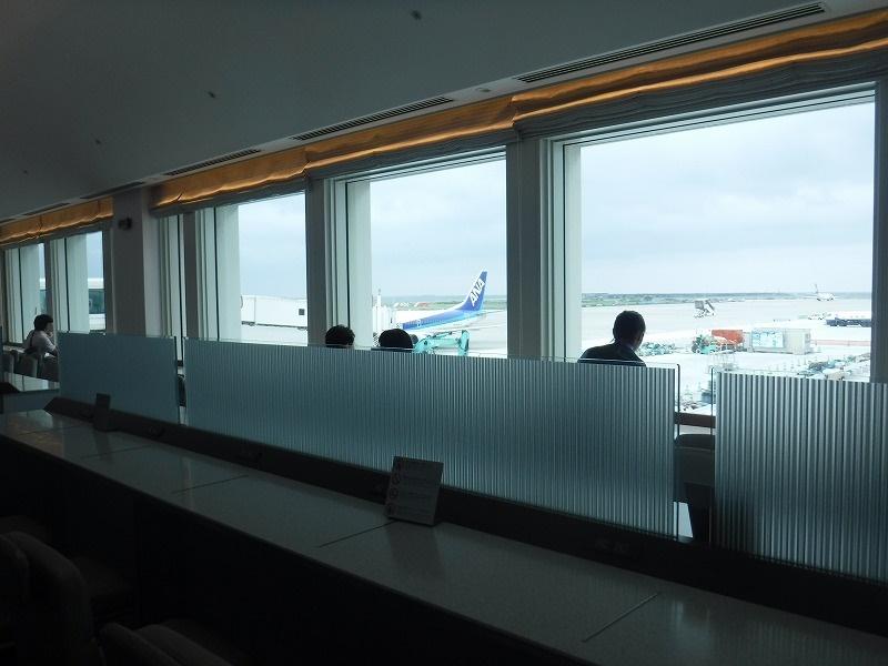 梅雨時期の沖縄空港ロビー_ANAラウンジ