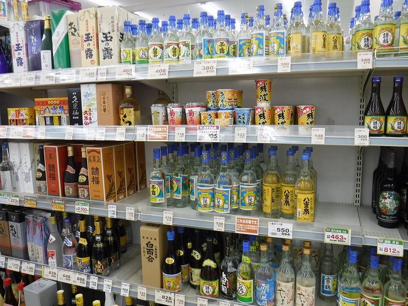石垣島のお土産が安い24時間スーパー、マックスバリュやいま店_店内の写真_泡盛たくさん