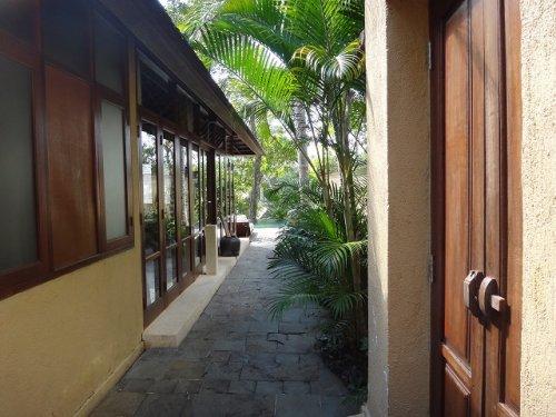 バリ島ウブドのコマネカタンガユダ、ヴァレープールヴィラの門を入ったところ
