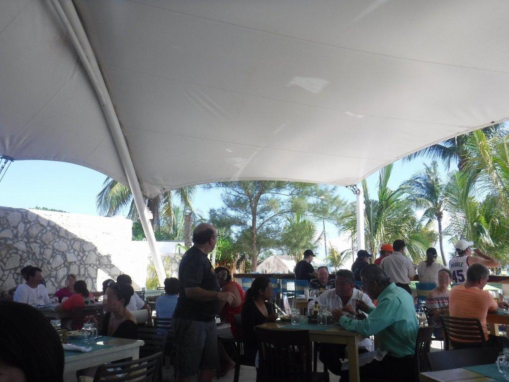 アズールビーチリゾートザファイブズ プラヤ・デル・カルメン バイ カリスマAzul Beach Resort The Fives Playa Del Carmen by Karisma_プールサイドで昼食1
