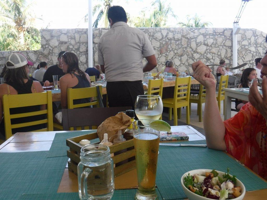 アズールビーチリゾートザファイブズ プラヤ・デル・カルメン バイ カリスマAzul Beach Resort The Fives Playa Del Carmen by Karisma_プールサイドで昼食2