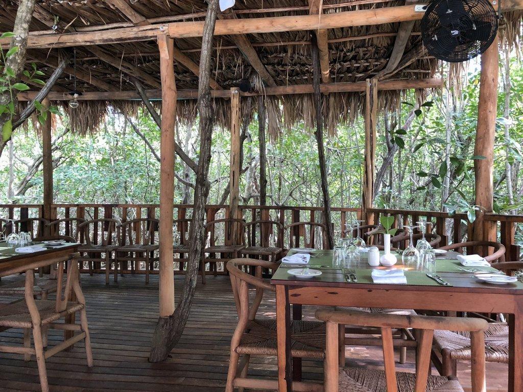 アズールビーチリゾートザファイブズ プラヤ・デル・カルメン バイ カリスマAzul Beach Resort The Fives Playa Del Carmen by Karisma_プールサイドで昼食3