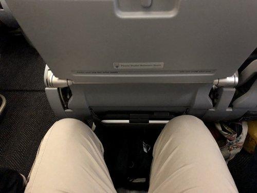 ユナイテッド航空カンクン→ヒューストン便エコノミー座席での膝前広さ確認写真