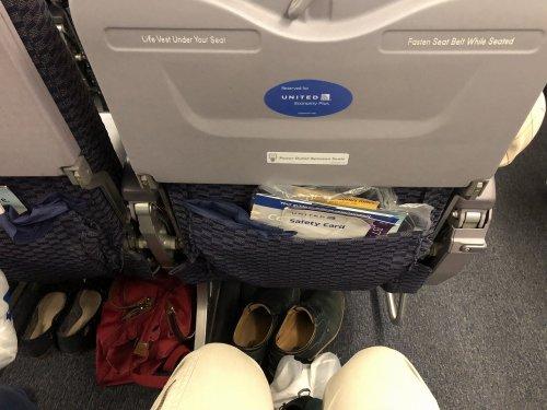 ユナイテッド航空ヒューストン→成田便エコノミープラス座席での膝前広さ確認写真