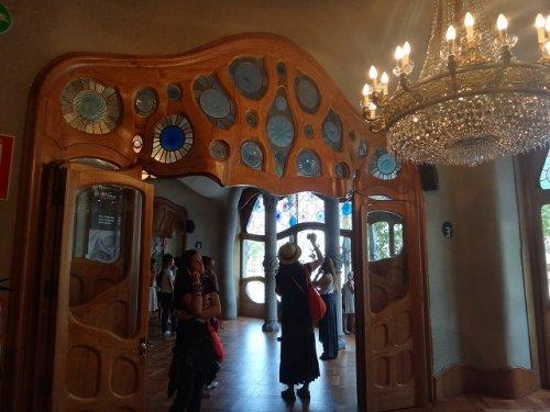 カサバトリョ内部内装_大広間入り口ドア上デザイン拡大