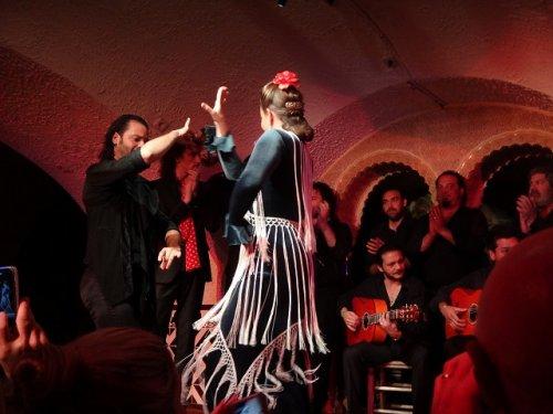 スペイン・バルセロナのタブラオ エル・コルドベス_フラメンコステージで踊る男女