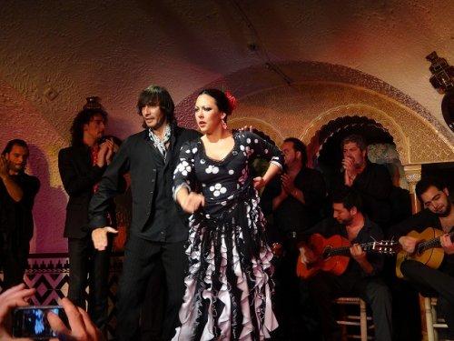 スペイン・バルセロナのタブラオ エル・コルドベス_フラメンコステージで踊る男女と歌い手