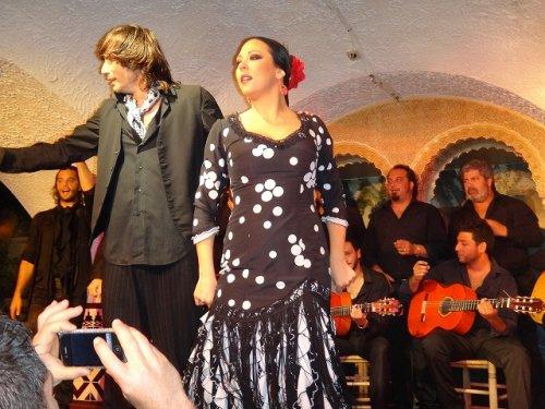 スペイン・バルセロナのタブラオ エル・コルドベス_フラメンコステージで踊る女性フィニッシュ