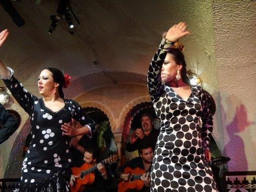 スペイン・バルセロナのタブラオ エル・コルドベス_フラメンコステージで踊る女性二人とギター奏者