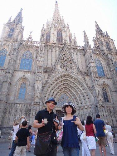 バルセロナカテドラル_カテドラル広場で50's夫婦たび記念撮影
