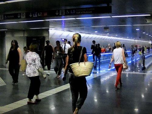 バルセロナ地下鉄5号線メトロディアゴナルDiagonal駅の歩行空間