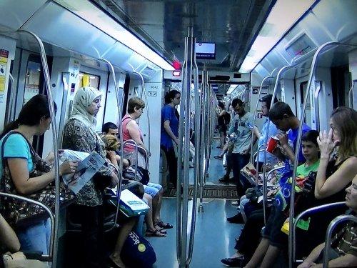 バルセロナ地下鉄5号線メトロ車両内部