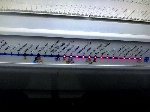 バルセロナ地下鉄5号線メトロ車両内部の到着駅サイン
