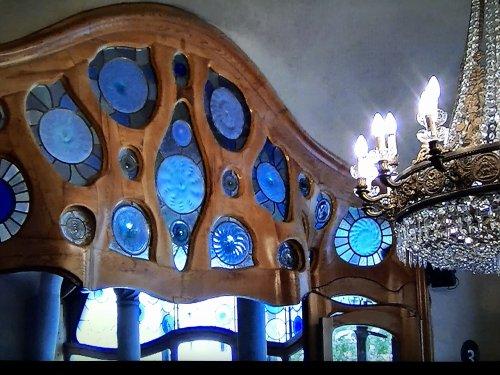 カサバトリョ内部内装_大広間入り口ドア上デザイン更に部分拡大