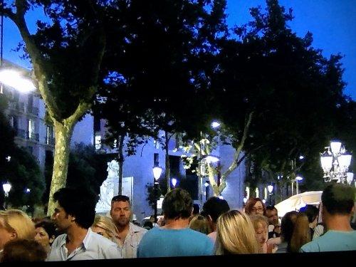 バルセロナのラ・ランブラ通りを歩く人