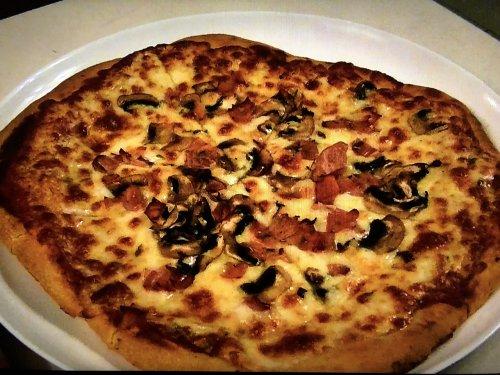モンチョスでオーダーしたシャンピニオンと生ハムのピザ