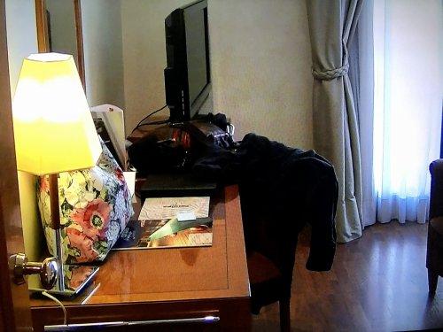 コンデス デ バルセロナ新館客室_ライティングテーブルとTV