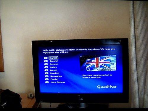 コンデス デ バルセロナ新館客室_ゲストを歓迎するテレビ場面