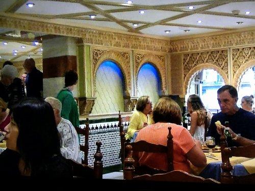 スペイン・バルセロナのタブラオ エル・コルドベス夕食ブッフェレストランで食事の様子