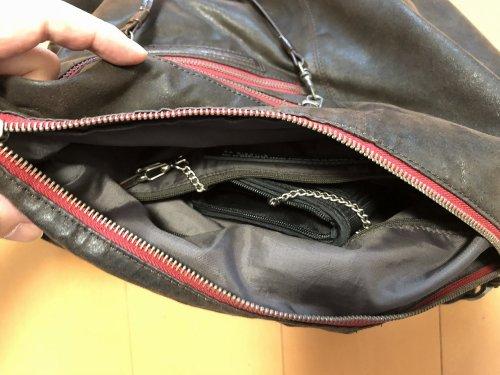 ショルダーバッグに財布を鎖でつないだ写真