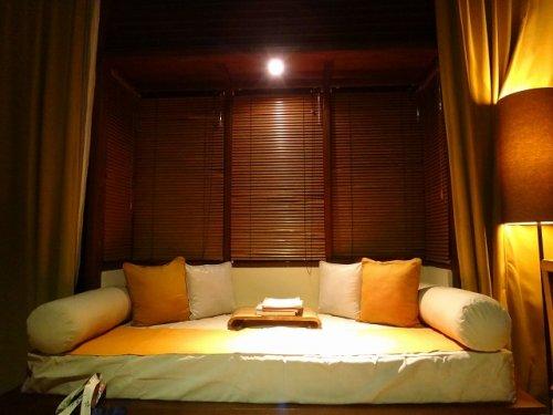 バリ島ウブドのコマネカタンガユダ、ヴァレープールヴィラ夜の照明が灯った室内のソファ