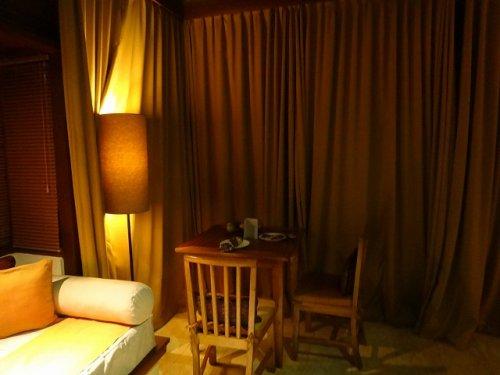 バリ島ウブドのコマネカタンガユダ、ヴァレープールヴィラ夜の照明が灯った室内のダイニングデーブル