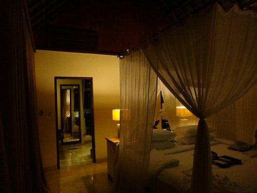 バリ島ウブドのコマネカタンガユダ、ヴァレープールヴィラ夜の照明が灯った室内の様子