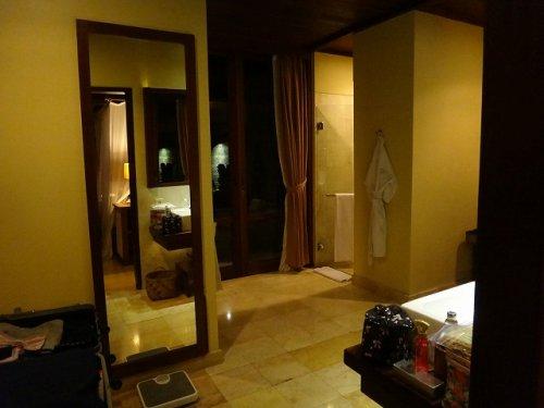 バリ島ウブドのコマネカタンガユダ、ヴァレープールヴィラ夜の照明が灯った室内のユーティリティ