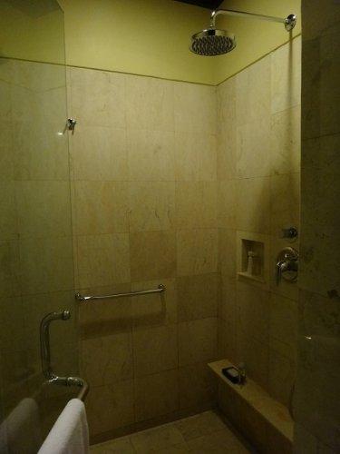バリ島ウブドのコマネカタンガユダ、ヴァレープールヴィラ夜の照明が灯ったシャワールーム