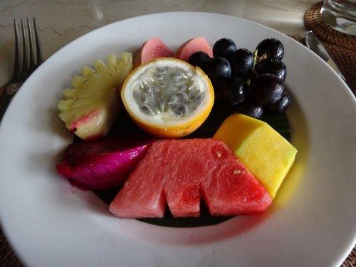 コマネカタンガユダの朝食会場、バリ料理レストラン「バツカルキッチン」メニューフルーツ盛り合わせ