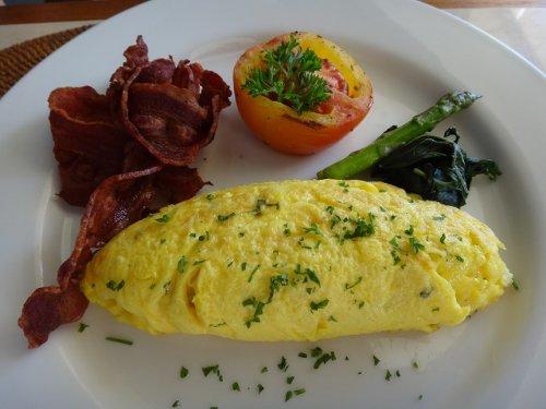 コマネカタンガユダの朝食会場、バリ料理レストラン「バツカルキッチン」メニューオムレツ
