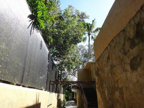 コマネカタンガユダの朝食会場、バリ料理レストラン「バツカルキッチン」までの敷地内の道