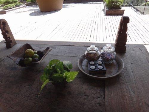 コマネカタンガユダ旅行記|ホテルの休憩どころテーブル