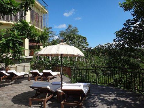 コマネカタンガユダ旅行記|ホテルの森を眺めるベッドスペース